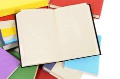 Κενό βιβλίο με τη συλλογή των ζωηρόχρωμων βιβλίων Στοκ Εικόνες