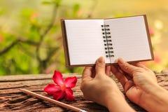 Κενό βιβλίο σημειώσεων λαβής χεριών Στοκ Εικόνα