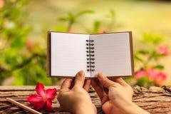 Κενό βιβλίο σημειώσεων λαβής χεριών Στοκ φωτογραφία με δικαίωμα ελεύθερης χρήσης