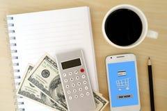 Κενό βιβλίο σημειώσεων, χρήματα, υπολογιστής και έξυπνο τηλέφωνο με την αμοιβή τώρα στοκ φωτογραφίες με δικαίωμα ελεύθερης χρήσης