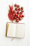 Κενό βιβλίο συνταγής και καυτά πιπέρια τσίλι Στοκ εικόνα με δικαίωμα ελεύθερης χρήσης