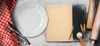 Κενό βιβλίο συνταγής σε ένα υπόβαθρο ψησίματος Στοκ Εικόνα
