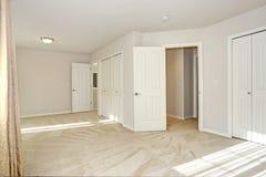 Κενό γεμισμένο ήλιος δωμάτιο με τους τοίχους πατωμάτων και κρέμας ταπήτων Στοκ Φωτογραφίες