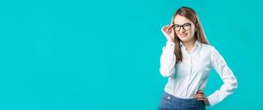 κενό για τη διαφήμιση Νέος καυκάσιος σύμβουλος λεωφορείων δασκάλων εργαζομένων γυναικών πορτρέτου στο λευκό ηγέτη επιχειρησιακής  στοκ εικόνες με δικαίωμα ελεύθερης χρήσης