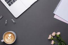 Κενό γκρίζο υπόβαθρο με τον καφέ, το πληκτρολόγιο και τα λουλούδια στο εκλεκτής ποιότητας ύφος στοκ εικόνα με δικαίωμα ελεύθερης χρήσης