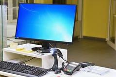 Κενό γραφείο μετρητών με το τερματικό στην αγορά Έννοια για την επιχείρηση και τις πωλήσεις στοκ φωτογραφία με δικαίωμα ελεύθερης χρήσης