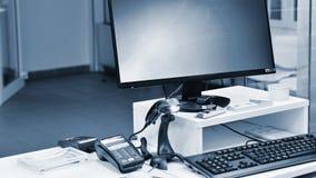 Κενό γραφείο μετρητών με το τερματικό στην αγορά Έννοια για την επιχείρηση και τις πωλήσεις στοκ εικόνα με δικαίωμα ελεύθερης χρήσης
