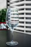 Κενό γυαλί κρασιού στο εστιατόριο Στοκ εικόνες με δικαίωμα ελεύθερης χρήσης