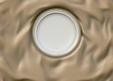 Κενό γύρω από βερνικωμένο πιάτο με το απλό λαμπρό πλαίσιο στο διπλωμένο ύφασμα μεταξιού Στοκ Φωτογραφία