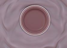 Κενό γύρω από βερνικωμένο πιάτο με το απλό λαμπρό πλαίσιο στο διπλωμένο ύφασμα μεταξιού Στοκ εικόνα με δικαίωμα ελεύθερης χρήσης