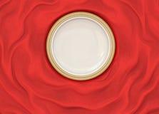 Κενό γύρω από βερνικωμένο πιάτο με το απλό λαμπρό πλαίσιο στο διπλωμένο ύφασμα μεταξιού Στοκ Εικόνες