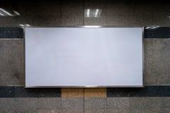 Κενό διάστημα των ελαφριών κιβωτίων για τη διαφήμιση στον τοίχο γρανίτη μέσα στο κτήριο και το σταθμό τρένου στοκ εικόνες με δικαίωμα ελεύθερης χρήσης