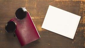 Κενό διαβατήριο με μια άσπρη κενή κάρτα και μαύρα γυαλιά ηλίου Στοκ φωτογραφία με δικαίωμα ελεύθερης χρήσης