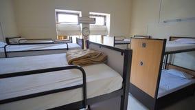 Κενό δωμάτιο για έναν φτηνό ξενώνα με τα κρεβάτια κουκετών απόθεμα βίντεο