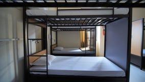 Κενό δωμάτιο για έναν φτηνό ξενώνα με τα κρεβάτια κουκετών φιλμ μικρού μήκους