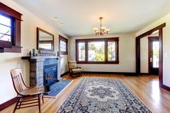 Κενό δωμάτιο με την εστία σε ένα παλαιό συμπαθητικό σπίτι. στοκ εικόνα