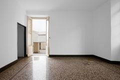 Κενό δωμάτιο με το καφετί κεραμίδι στοκ φωτογραφία με δικαίωμα ελεύθερης χρήσης