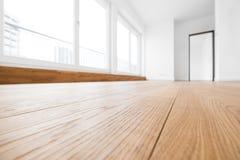 Κενό δωμάτιο, ξύλινο πάτωμα στο νέο διαμέρισμα στοκ φωτογραφία με δικαίωμα ελεύθερης χρήσης