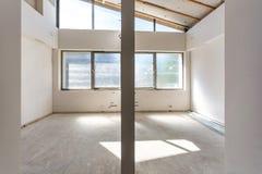 Κενό δωμάτιο χωρίς επισκευή εσωτερικό του άσπρου τοίχου στοκ φωτογραφία
