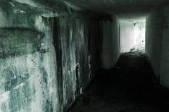Κενό εγκαταλειμμένο εσωτερικό αποθηκών με το καμμένος τέλος Στοκ φωτογραφίες με δικαίωμα ελεύθερης χρήσης