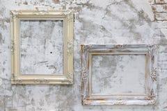 Κενό εκλεκτής ποιότητας πλαίσιο φωτογραφιών δύο στον παλαιό βρώμικο συμπαγή τοίχο στοκ φωτογραφίες