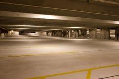 Κενό επίπεδο οικοδόμησης χώρων στάθμευσης τη νύχτα Στοκ Εικόνα