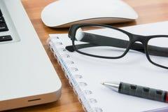 Κενό επιχειρησιακά lap-top, ποντίκι, μάνδρα, σημείωση και γυαλιά Στοκ φωτογραφία με δικαίωμα ελεύθερης χρήσης