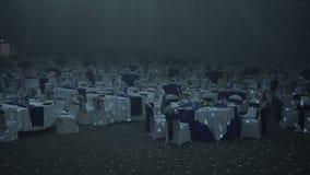 Κενό εστιατόριο με τους καλυμμένους πίνακες απόθεμα βίντεο