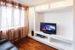 Κενό εσωτερικό δωματίων με το μαύρους καναπέ και τη TV Στοκ εικόνα με δικαίωμα ελεύθερης χρήσης