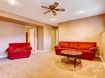 Κενό εσωτερικό καθιστικών με το κόκκινο πάτωμα ταπήτων καναπέδων aand Στοκ φωτογραφίες με δικαίωμα ελεύθερης χρήσης