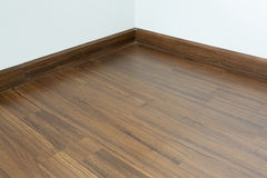 Κενό εσωτερικό, καφετί ξύλινο φυλλόμορφο πάτωμα δωματίων Στοκ φωτογραφία με δικαίωμα ελεύθερης χρήσης