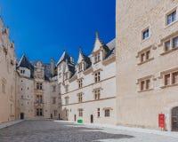 Κενό εσωτερικό προαύλιο του Château de Πάου ενάντια στο μπλε ουρανό, στο κέντρο της πόλης του Πάου, Γαλλία στοκ φωτογραφία με δικαίωμα ελεύθερης χρήσης