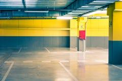 Κενό εσωτερικό υπόγειων γκαράζ χώρων στάθμευσης στο σπίτι διαμερισμάτων ή στην υπεραγορά Στοκ Εικόνα