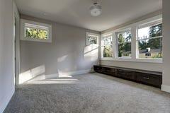 Κενό εσωτερικό δωματίων με το γκρίζο χρώμα χρωμάτων τοίχων Στοκ εικόνες με δικαίωμα ελεύθερης χρήσης