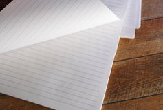 Κενό ευθυγραμμισμένο σημειωματάριο με την κατσαρωμένη σελίδα Στοκ Εικόνες