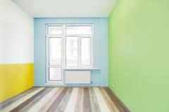 Κενό εύθυμο δωμάτιο παιδιών με τους τοίχους χρώματος Στοκ Εικόνες