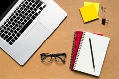 κενό λεύκωμα αποκομμάτων εγγράφου γραφείων δεικτών απεικόνισης υπολογιστών γραφείου φλυτζανιών καφέ paperclips ξύλινο Στοκ Εικόνες