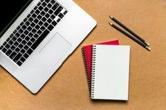 κενό λεύκωμα αποκομμάτων εγγράφου γραφείων δεικτών απεικόνισης υπολογιστών γραφείου φλυτζανιών καφέ paperclips ξύλινο Στοκ φωτογραφίες με δικαίωμα ελεύθερης χρήσης