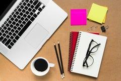 κενό λεύκωμα αποκομμάτων εγγράφου γραφείων δεικτών απεικόνισης υπολογιστών γραφείου φλυτζανιών καφέ paperclips ξύλινο Στοκ εικόνα με δικαίωμα ελεύθερης χρήσης