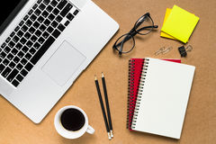 κενό λεύκωμα αποκομμάτων εγγράφου γραφείων δεικτών απεικόνισης υπολογιστών γραφείου φλυτζανιών καφέ paperclips ξύλινο Στοκ Φωτογραφία