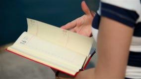 Κενό ημερολόγιο εκμετάλλευσης κοριτσιών απόθεμα βίντεο