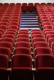 Κενό θέατρο με τα κόκκινα καθίσματα Στοκ εικόνες με δικαίωμα ελεύθερης χρήσης