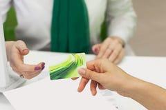 κενό θηλυκό χέρι καρτών Στοκ Εικόνες