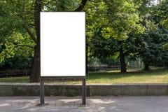 Κενό διαστημικό σημάδι αγγελιών που απομονώνεται μπροστά από ένα πάρκο Στοκ φωτογραφία με δικαίωμα ελεύθερης χρήσης