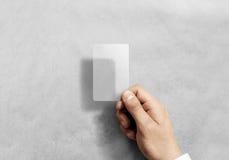 Κενό κάθετο διαφανές πρότυπο καρτών λαβής χεριών με τις στρογγυλευμένες γωνίες Στοκ φωτογραφίες με δικαίωμα ελεύθερης χρήσης