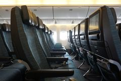 Κενό κάθισμα καμπινών αεροπλάνων με το πράσινο uphostery στοκ φωτογραφία