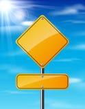 Κενό κίτρινο οδικό σημάδι κυκλοφορίας στο υπόβαθρο ουρανού Στοκ Εικόνα