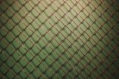 Κενό καθαρό πλέγμα φρακτών μετάλλων στο σκούρο πράσινο σαφές υπόβαθρο με τη σκιά Στοκ Εικόνα