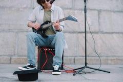 Κενό καπέλο μπροστά από την κιθάρα παιχνιδιού busker και τραγούδι στοκ φωτογραφίες