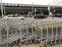 Κενό καροτσάκι ή κάρρο αποσκευών στον αερολιμένα Στοκ εικόνες με δικαίωμα ελεύθερης χρήσης